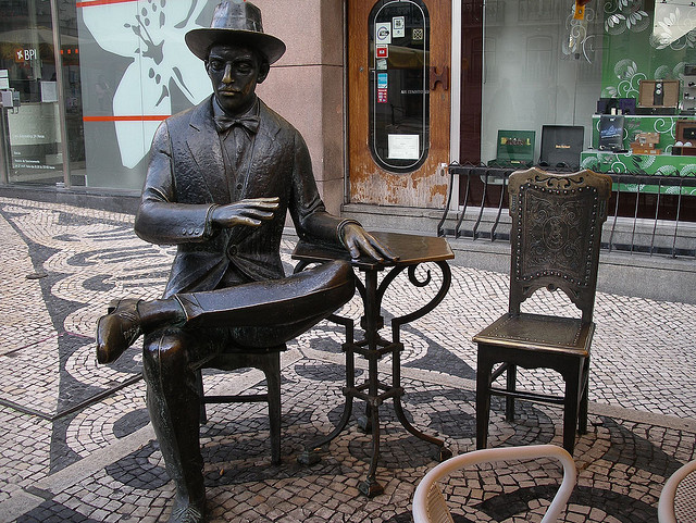 """""""Pessoa Statue 01"""" di Shadowgate, su Flickr"""