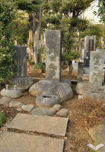 Tomba di Lafcadio Hearn (Koizumi Yakumo) al cimitero di Zōshigaya