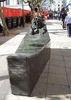 """Oscar Wild Statue Charing Cross London by Erik, su Flickr"""