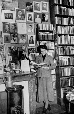 Sylvia Beach nella sua libreria