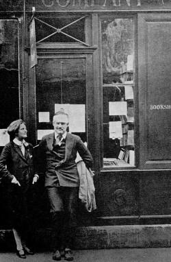 Sylvia Beach e Ernest Hemingway davanti la libreria