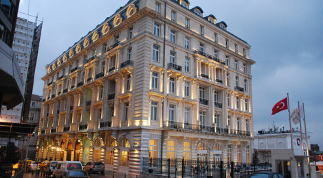 """Pera Palace Hotel Building"" di SpirosK photography, su Flickr Licenza CC)"