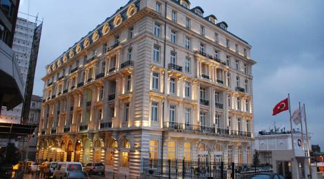 """Pera Palace Hotel Building"" di SpirosK photography, su Flickr Licenza CC)"