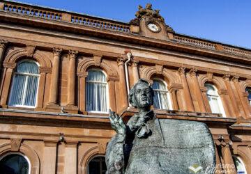 Statua di W.B. Yeats davanti alla Ulster Bank, Sligo