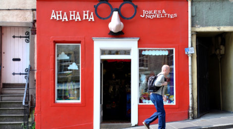 """AHA HA HA jokes and novelties"" di morebyless, su Wikipedia (Licenza CC)"